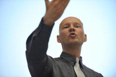 Der Präsentationstrainer und Rhetoriktrainer PETER MOHR bei einem Präsentationstraining bzw. Rhetoriktraining