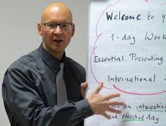 Der Präsentationstrainer und Rhetoriktrainer PETER MOHR während einem Präsentationsseminar bzw. Rhetorikseminar