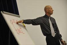 Der Präsentationstrainer und Rhetoriktrainer PETER MOHR in einem Präsentationsseminar bzw. Rhetorikseminar