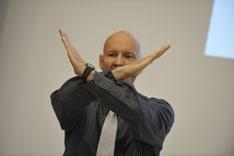 Der Präsentationstrainer und Rhetoriktrainer PETER MOHR beim Präsentationstraining bzw. Rhetoriktraining