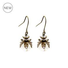 Marilla ° The Tiny Light ° Nachtleuchtende Ohrringe. Kleine handgemachte Ohrringe mit Regenbogenstrass und kleiner Leuchtperle in  ° Crystal ° Designed and Manufactured by Elfgard®