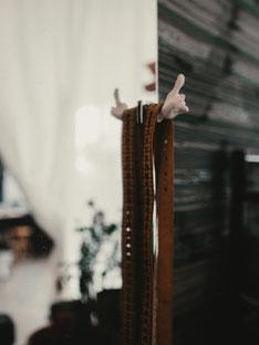 Maßband am Anprobenspiegel im Atelier von Herrenschneiderin Manuela Leis