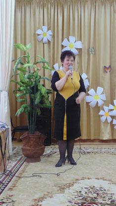 ведущая праздника - Н.П.Хухлаева