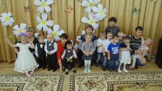 гости праздника - дети  и родители младшей группы
