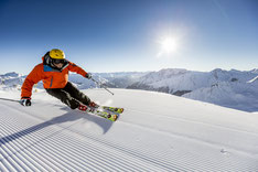 Skifahrer carvt auf den frisch präparierten Pisten