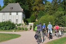 Stadtführung per Rad - Bauhaus by bike. Hier: Radgruppe vor Goethes Gartenhaus