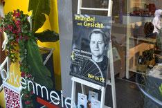 Plakat in Schaufenster