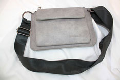 Tasche mit breitem Riemen