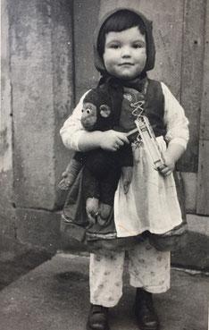 Lilo  1949/50 als Rotkäppchen