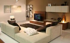 Modne nowoczesne meble, stonowane kolory i przyjemne oświetlenie stwarzają miły nastrój w salonie.