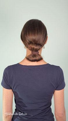 Strenger Dutt mit Haargummi
