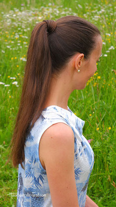 Pferdeschwanz mit Haarsträhne umwickelt