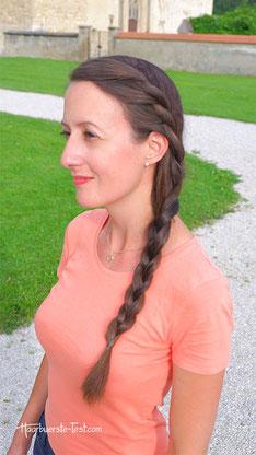 Seitlich geflochtener Zopf mit Haar-Kordeln
