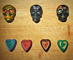 Räucherstäbchenhalter aus Gips in Totenkopfform und in Herzform. Handbemalt.