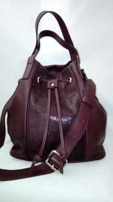 sac seau, sac bourse en cuir bordeaux avec bandoulière sac haut de gamme