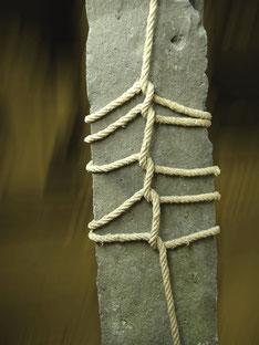 Titel: ECKSTEIN - Grenzstein, Metall, Seil │ Title: CORNERSTONE, Boundary Stone, metal, rope