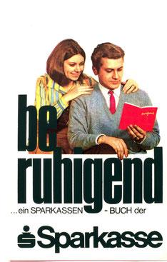 beruhigend Ehepaar mit Sparkassenbuch ... ein Sparkassenbuch bei der Sparkasse. Plakat 1968.