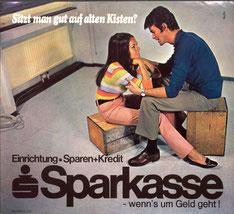 Sitzt man gut auf alten Kisten? Einrichtung = Sparen + Kredit. Sparkasse - wenn's um Geld geht (Plakat (Alex) von 1969).