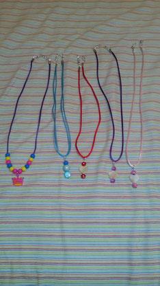 Collares infantiles con piedras de colores