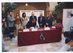 El presidente de Inter-Sos Sr. Manuel Jaime firmando el acta de la Fundación de la Federación Nacional de personas desaparecidas FEDFAD en Villarrobledo (Albacete)