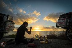 Uruguay - Südamerika - Reise - Motorrad - Honda Transalp - Bea beim Kochen mit unserem benzinkocher am Ufer der Laguna Negra - Sonnenuntergang