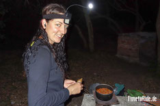 "Uruguay - Südamerika - Reise - Motorrad - Honda Transalp - Bea ""Grashüpfer"" beim Kochen"