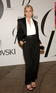 Ashley Olsen en smoking noir, pantalon ceinture et bande satin