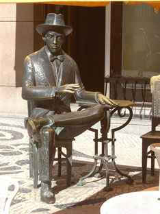"Fernando Pessoa im Café ""A Brasileira"". Foto: Nol Aders (Own work) [GFDL (http://www.gnu.org/copyleft/fdl.html), CC-BY-SA-3.0"