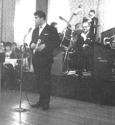 Hier ist er schon wieder am Quasseln. Beim Stenoball bei Meis in Widdert mit Orchester Ernie Henkels. Ach ja, die guten alten Zeiten, seufz.