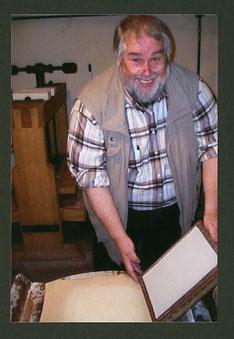 Nur in der Werkstatt – beim Papierschöpfen – durfte man in legerer Kleidung laufen.