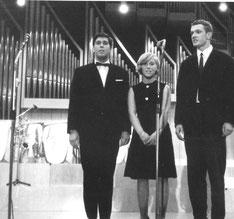 Oder als es vollkommen unmöglich war, auf einer Bühne aufzutreten ohne Krawatte oder Fliege (ich, links) mit Einstecktuch, schmal hervorschauend.