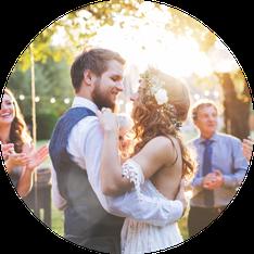 Feiern Sie mit mir Ihre Hochzeitsfeier und buchen Sie mich als Ihren Hochzeits-DJ. Wichtige Traditionen wie Brautstrausswerfen sind mir bekannt.