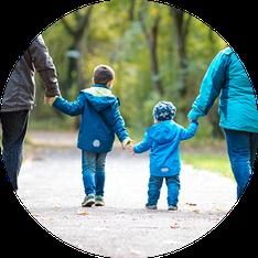 familie-mit-kleinen-kindern-geht-im-park-spazieren-familienfotos-duesseldorf-duisburg-familienfotograf