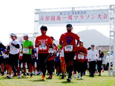 過去最多529人が出場した与那国マラソン。25㌔のスタート=9日、与那国中学校グラウンド