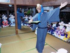 宮良昌招さん宅を訪れたアンガマ=3日夜、字石垣