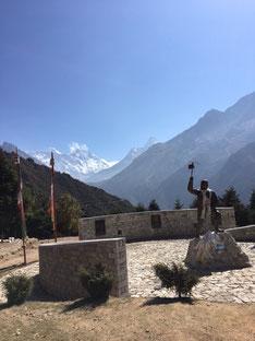 Die Spitze oberhalb der rechten Fahnenspitze ist der Mt. Everest