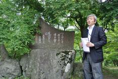 < 上長瀞の歌碑にて山本氏の説明に聴き入る >