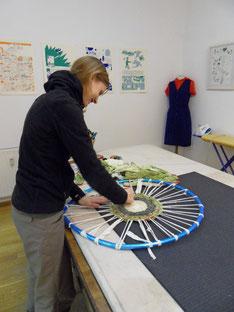 Christin webt einen Teppich Foto: Anne Kotula