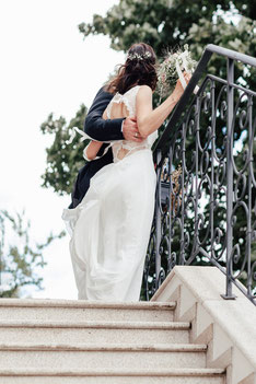 Brautpaar auf der Treppe vor dem Hotel Wyndberg in Lüneburg
