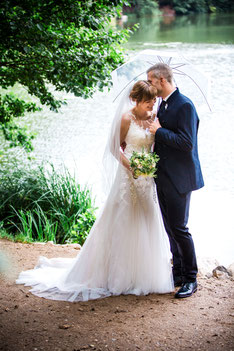 flüsterndes Brautpaar in Mölln - Empfehlung von Ann-Kathrein & Tim