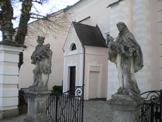 Außentore und Statuen