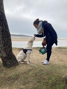 Janelle et sa chienne d'assistance sur une plage