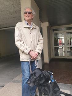 photo de Michel Rossetti  à la FFAC en compagnie de Ghost, son chien guide
