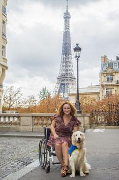 Margaux Lenormand et sa chienne d'assistance Jimba  avec la tour Eiffel en fond d'écran