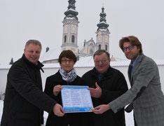 Präsentieren das Informationsblatt (v.r.): Hans Jörg Wagmann, Ludwig Danner, Sabine Rottbauer, Josef Hechberger