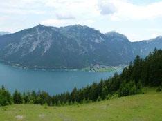 Grandiose Aussicht auf den tiefblauen Achensee.