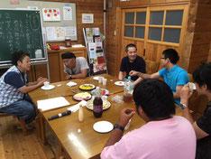 グループに分かれて話し合う参加者たち