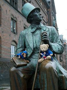 Kasimir, Cäsar und Fredi auf dem Schoss von Hans Christian Andersen, Kopenhagen