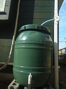 外壁塗装完成後に設置する雨水タンク。オリジナルおしゃれグリーン採用。
