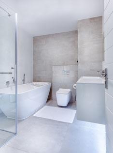 Badezimmer mit Badewann und Glasdusche